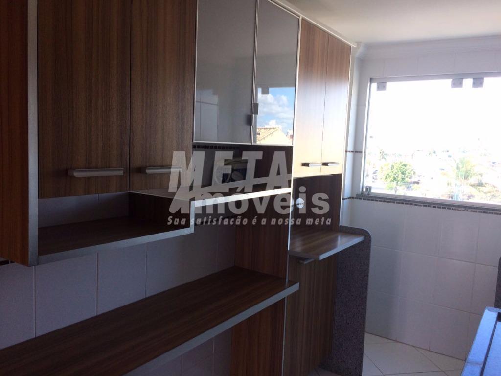 apartamento bem localizado, nascente, suite, cozinha planejada, armários nos quartos, 2 vagas cobertas,  portão eletrônico.