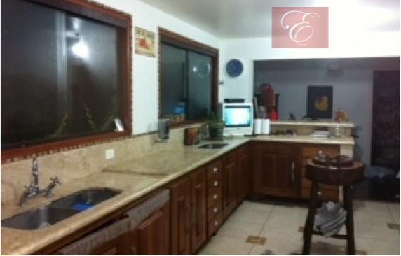 casa com 4 dormitórios sendo 3 suítes, lavabo, salas para vários ambientes com lareira, copa, cozinha,...