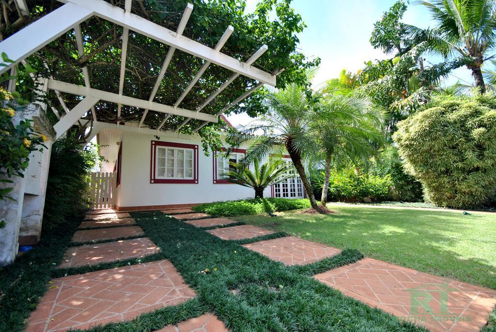 Casa em Condomínio - Praia de Pernambuco - Piscina e Churrasqueira.