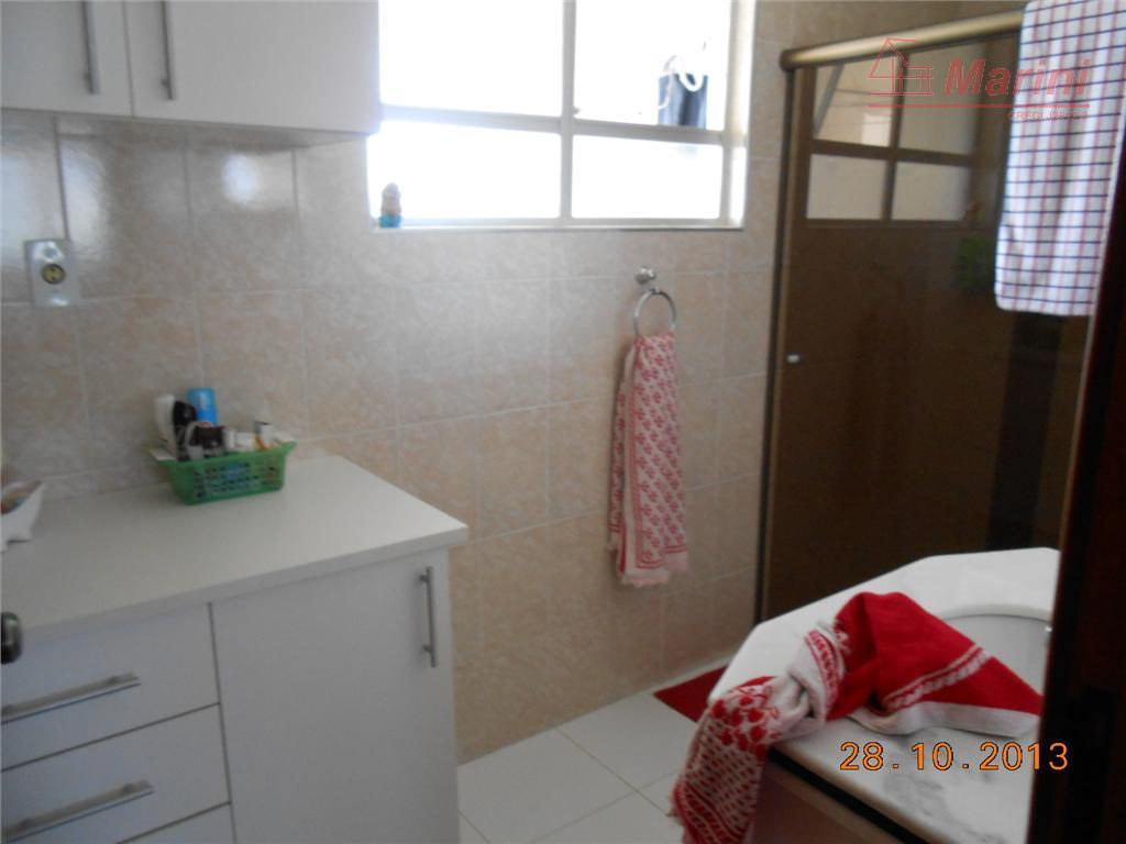 3 dormitórios (1 suíte) com armários, sala 2 ambientes com varanda.reformado, com 2 vagas de garagem.