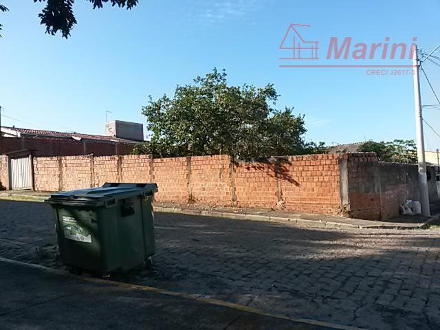 são dois terrenos juntos de 300 m², podendo unificar na intensão de construção de prédio.