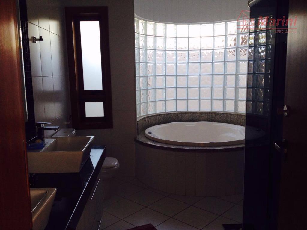 casa com 5 dormitórios (sendo 4 suítes com armários planejados), 02 salas amplas com lareira, cozinha...