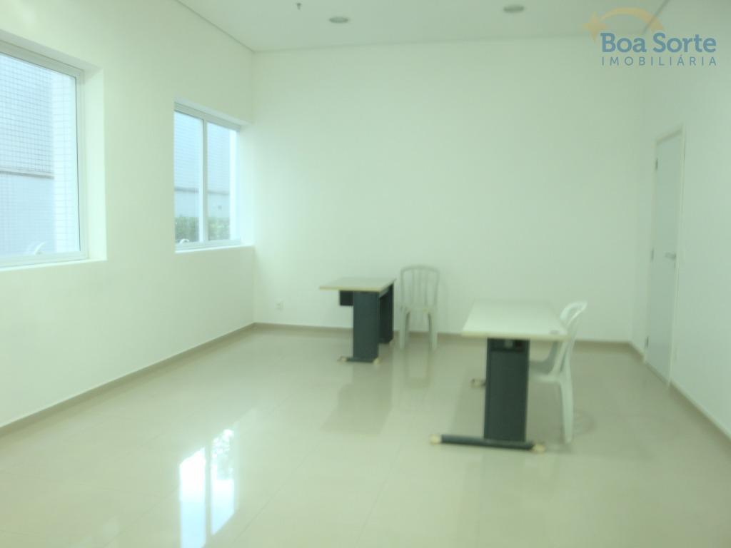 ótima sala comercial com 31 m², dois banheiros, ampla e com boa iluminação natural, uma vaga...