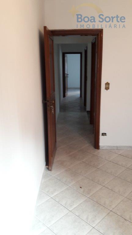 sobrado com três dormitórios (sendo uma suite), sala ampla, dois banheiros, lavabo, cozinha, área de serviço...