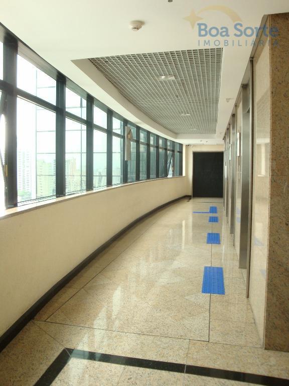 sala comercial com 69 m², dois banheiros e copa. conta ainda com 2 vagas de garagem...