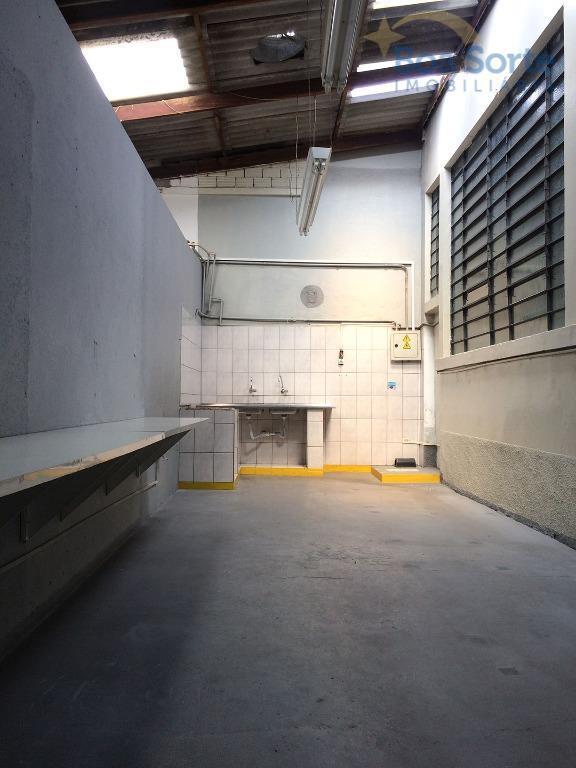 este galpão conta com cerca de 950 m², dividido em dois pavimentos, sendo o inferior com...