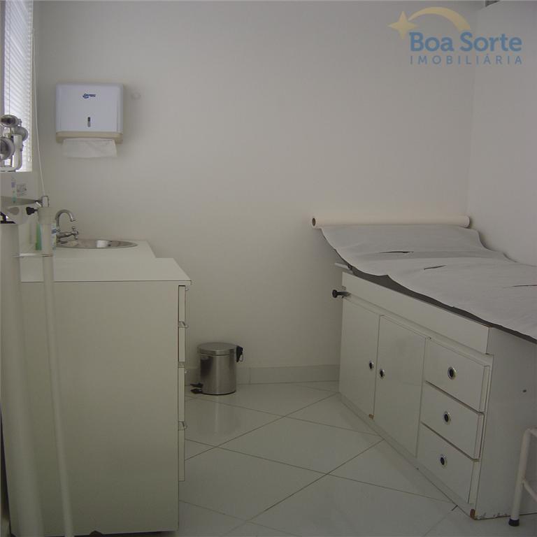 sala totalmente equipada para consultório médico com piso porcelanato com toda infra estrutura. ótima localização.