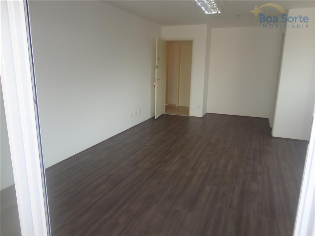ótima sala de 36m² com carpete de madeira com gesso rebaixado e com iluminação embutida. uma...