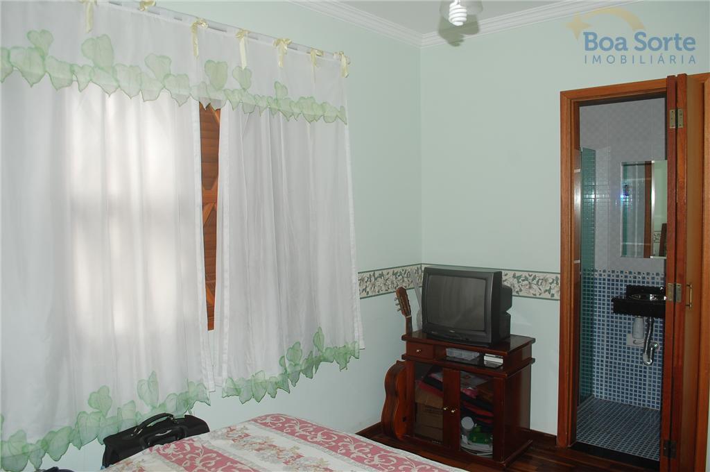 casa grande contendo sala ampla, lavabo, cozinha com armários planejados e 3 suítes sendo uma master....