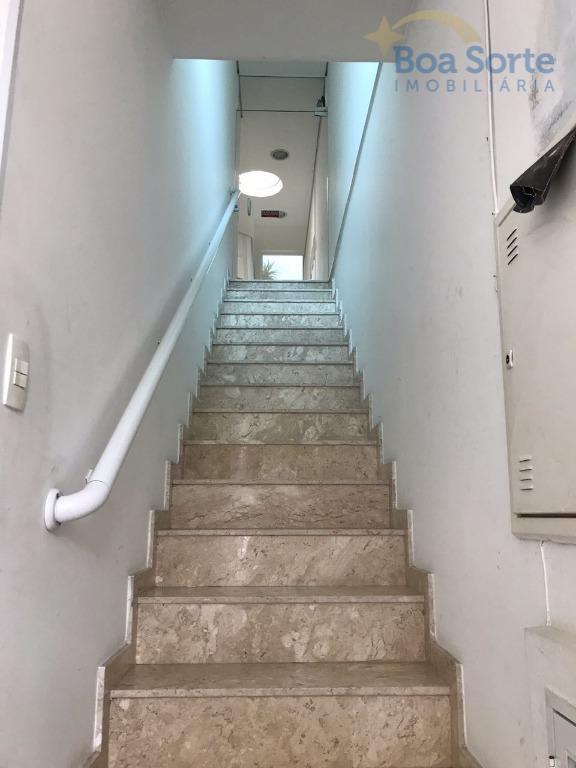 excelente sobrado comercia! configurado na parte de baixo como salão, contendo 2 banheiros! no andar superior...
