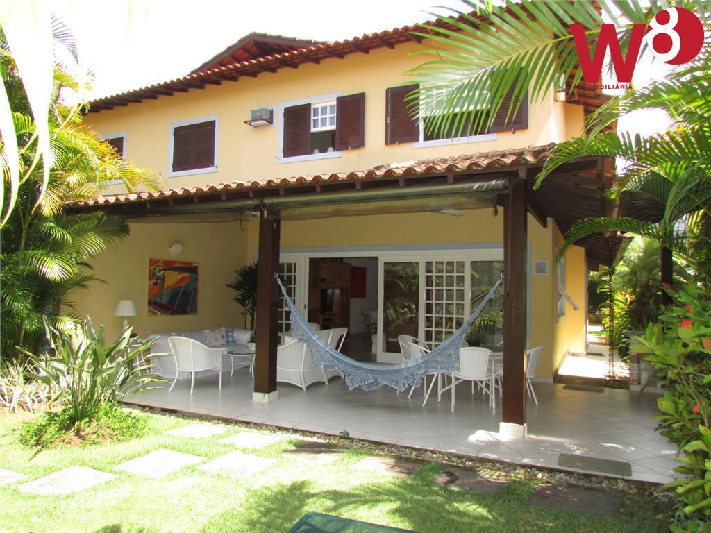 Casa em condomínio com 3 suítes á 250 m da praia.