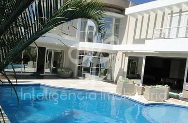 sofisticada casa com linda vista para o mar em excelente localização em jurerê internacional, distante apenas...