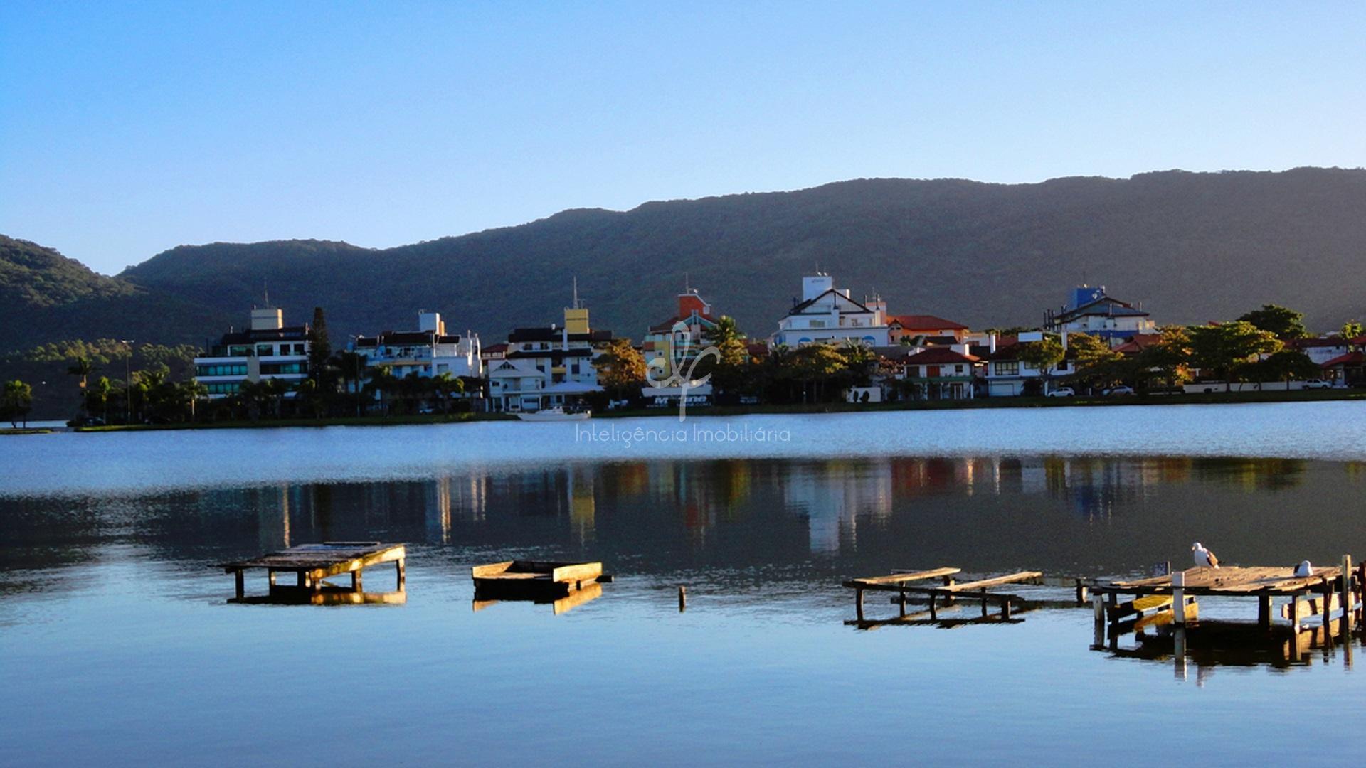 Linda casa com vista panorâmica da Lagoa da Conceição, Florianópolis.