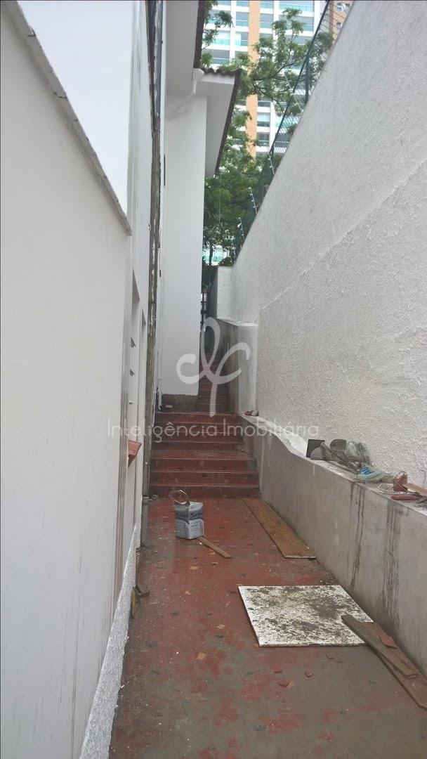 Sobrado residencial com 340 m², diversas salas, 12 vagas, 4 banheiros, Campo Belo,