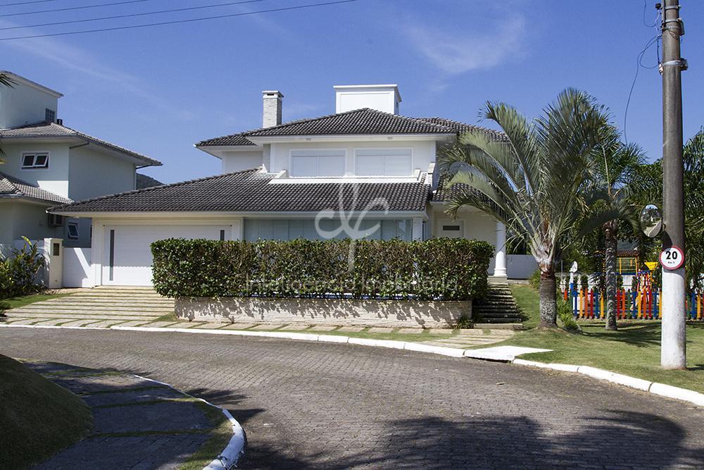 Linda casa à venda em condomínio fechado em Cacupé, Florianópolis.