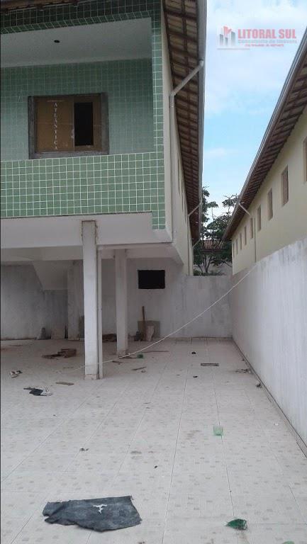 Casa sobreposta de 02 dormitórios em Tude Bastos, Praia Grande. Com 01 sala , 01 cozinha, 01 banheiro, 01 lavanderia, 01 quintal