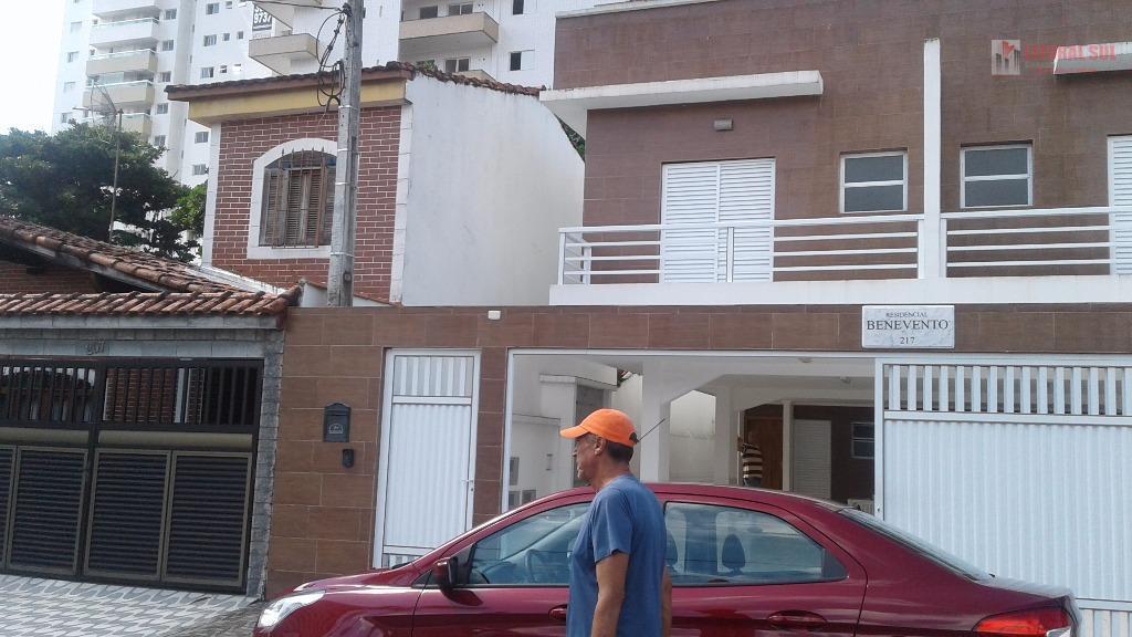 Casa de 02 dormitórios sendo na Vila Guilhermina na Praia Grande, sobreposta com 01 sala, 01 cozinha, 01 lavanderia, 01 vestiári