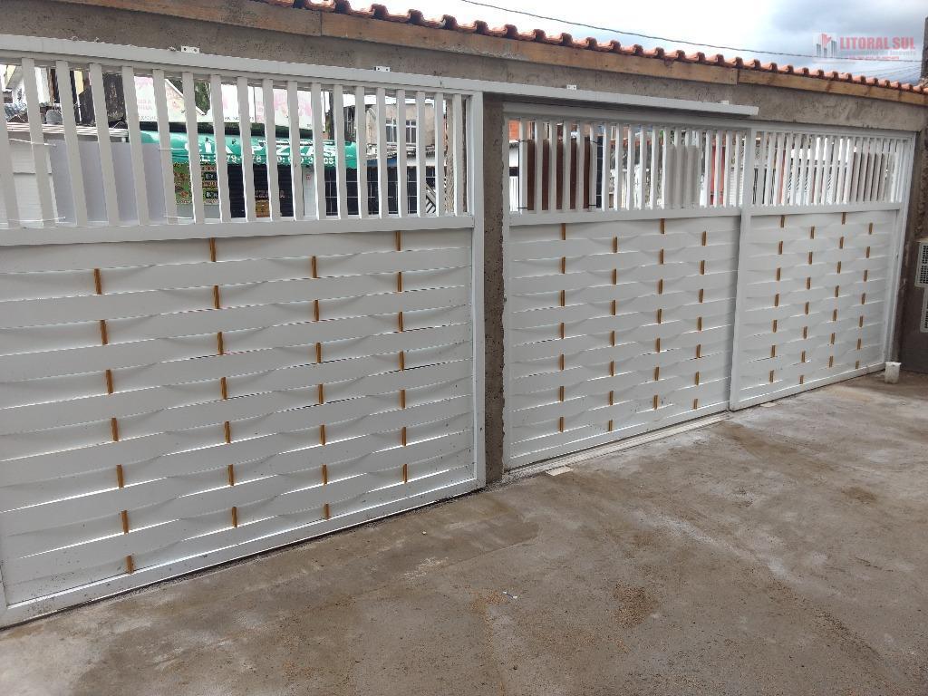 Casa Alta em condomínio fechado, 02 quartos, sala, cozinha, banheiro, lavanderia, portões de alumínio. Aceita financiamento banc