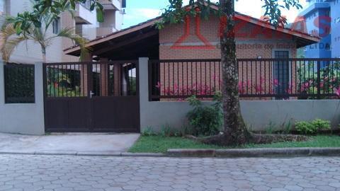 Ótima casa residencial para locação de temporada - 3 dormitorios -2 banheiros proximo ao mar -   Praia Grande