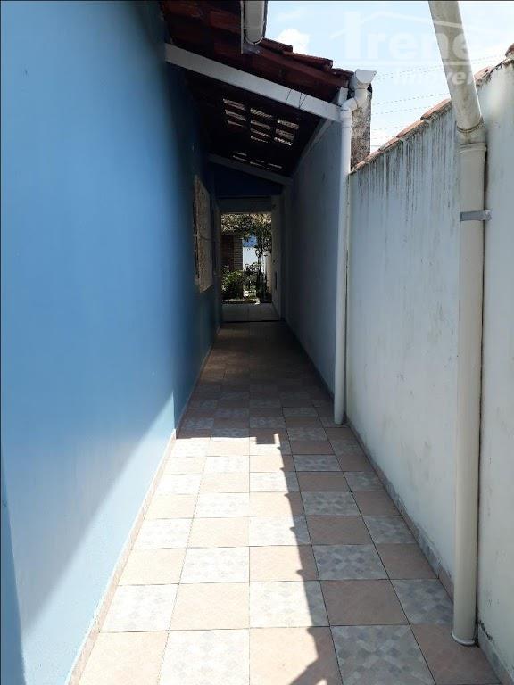 aproximadamente 400 metros da praia.03 dormitórios.sala para 02 ambientes. cozinha tem interação com a sala.quintal com...