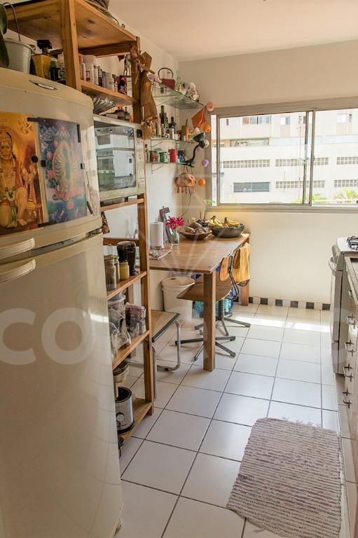 em um edifício antigo, com arquitetura atemporal, este apartamento tem uma ótima planta, bem quadrada, com...