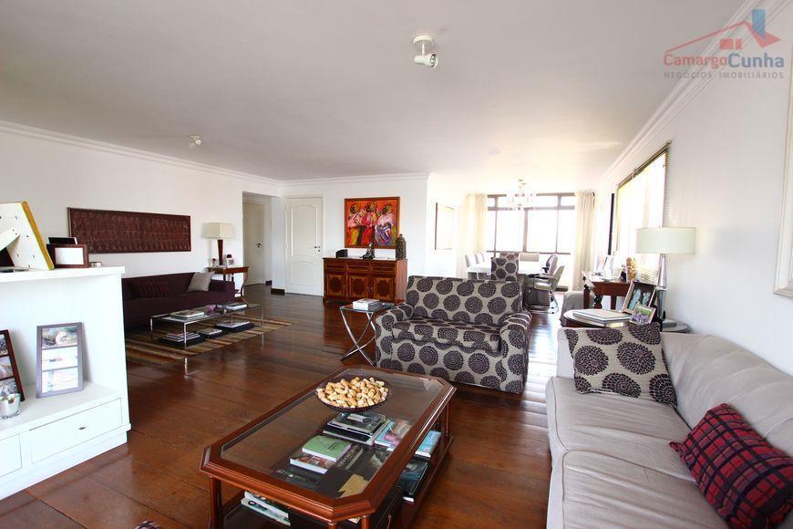 Apartamento com 250 m², 4 Dormitórios sendo duas suítes, 4 Vagas, estuda permuta!!!!!