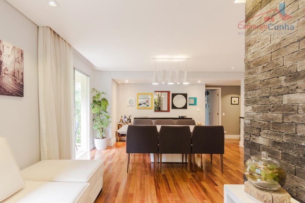 Apartamento com 126 m², possui 3 dormitórios sendo uma suíte e duas vagas de garagem.