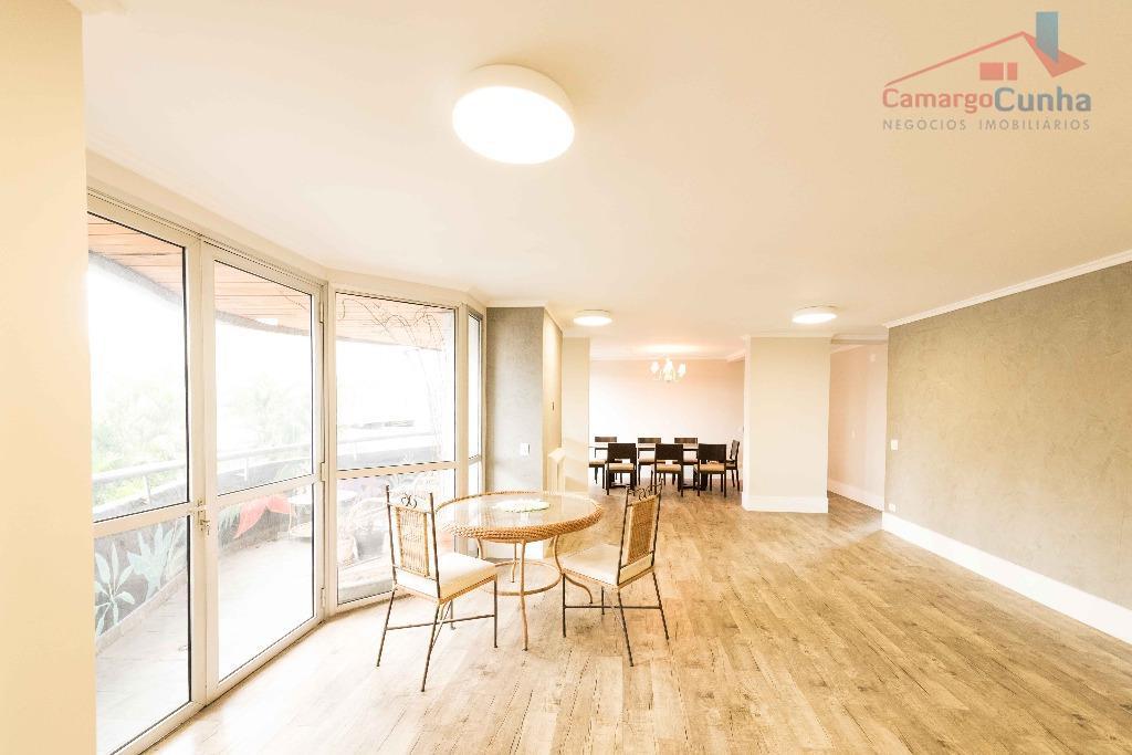 Apartamento com 160 m², 3 dormitórios sendo uma suíte e duas vagas.