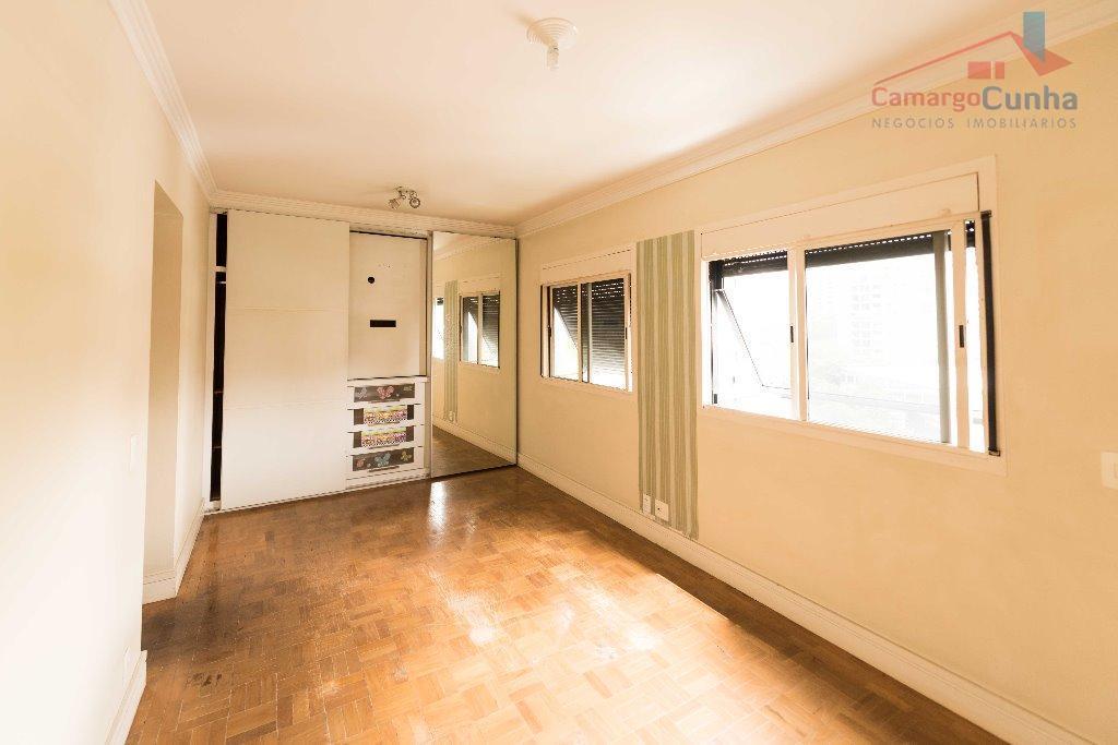 apartamento com 100 m², possui duas suítes e uma vaga de garagem, serviços de lavanderia, sala...