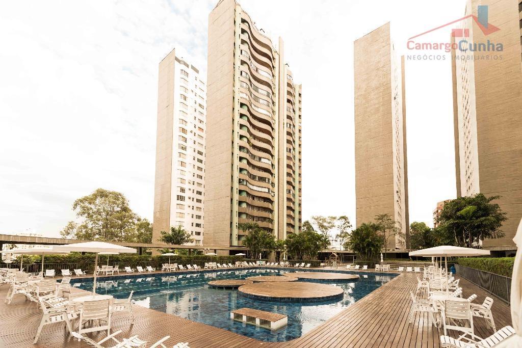 Apartamento com 220 metros, possui 04 suítes e duas vagas.
