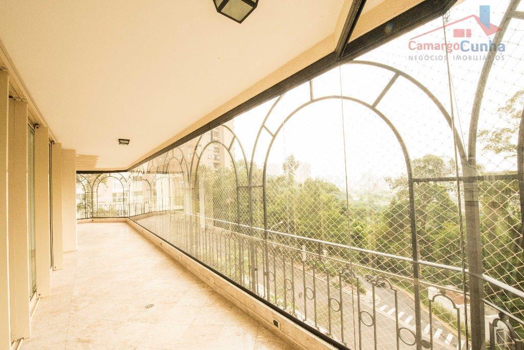 Apartamento lindíssimo com 490 metros, possui 04 suítes e 06 vagas.