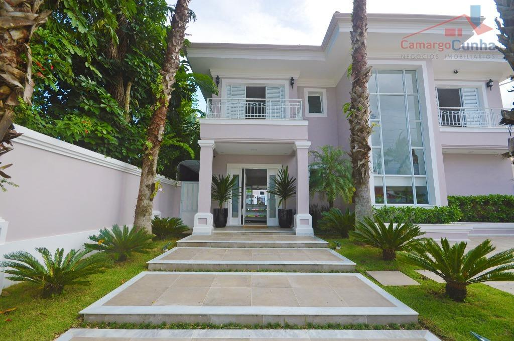 Belíssima casa com 420 metros, 4 suítes, sendo uma máster e 4 vagas.