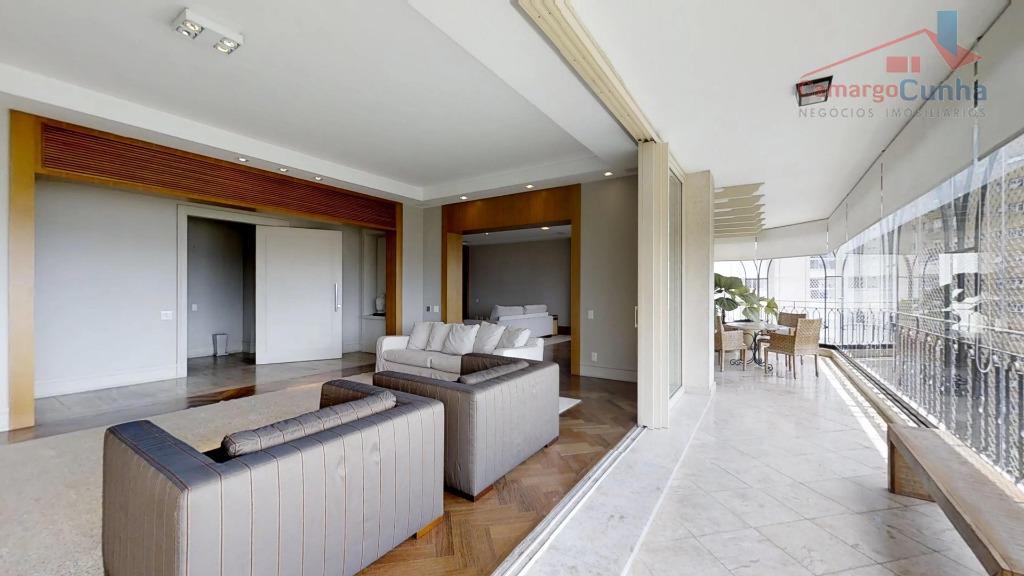 Apartamento com excepcional com 490 metros, possui 04 suítes e 06 vagas.