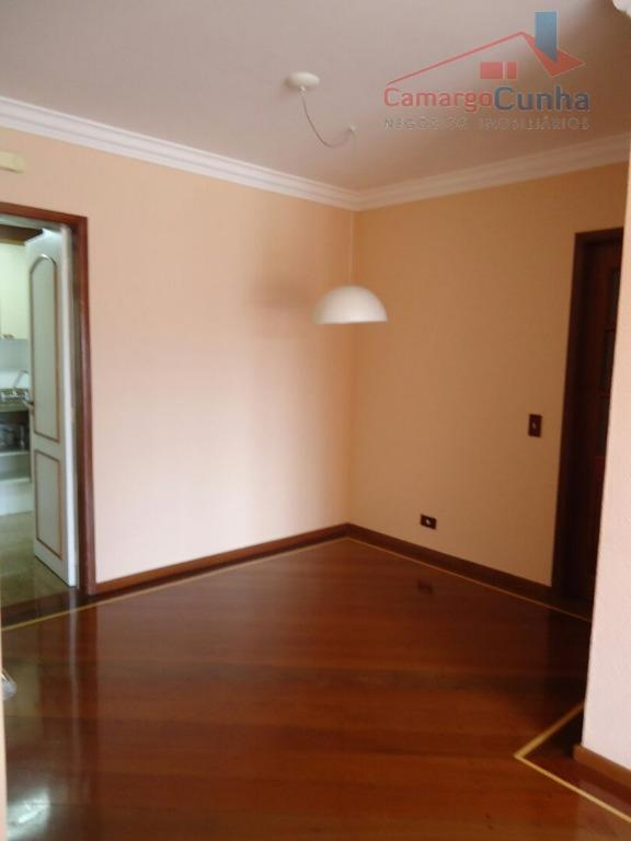 Apartamento com 100 metros, possui 03 dormitórios sendo uma suíte e duas vagas.