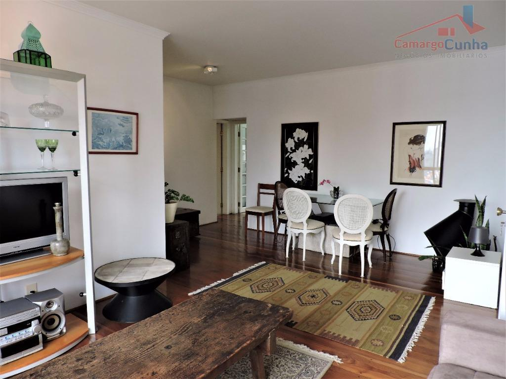 Apartamento com 110 metros, com 03 dormitórios sendo uma suíte e três vagas.