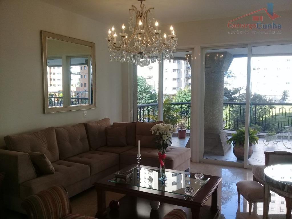 Apartamento com 260 metros, com quatro suítes e cinco vagas.