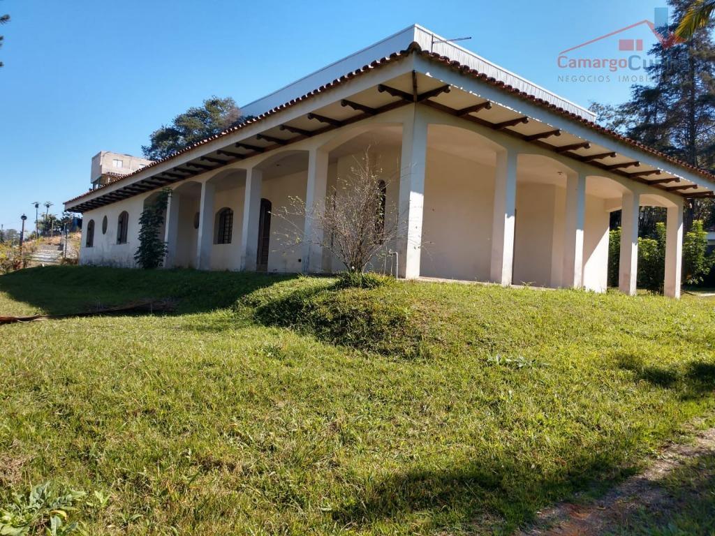 Belíssima chácara com 2.063 m²,  04 dormitórios sendo 01 suíte.
