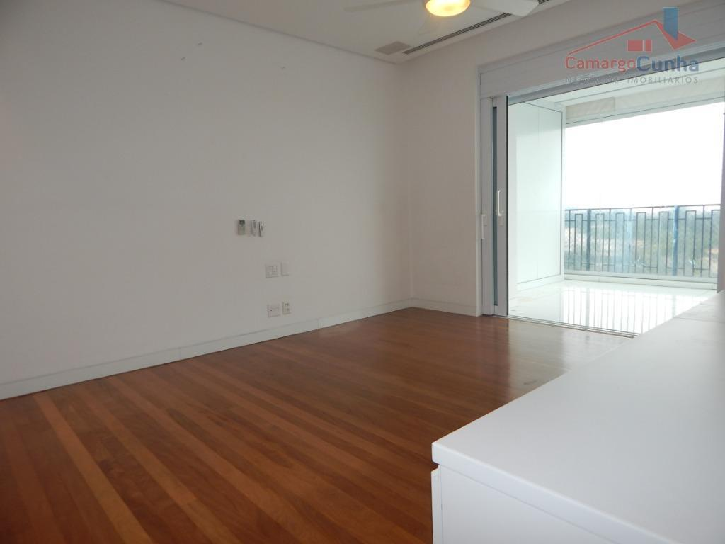 apartamento localizado em condomínio fechado, segurança e monitoramento 24 horas, controle de acesso rigoroso, possui 749...