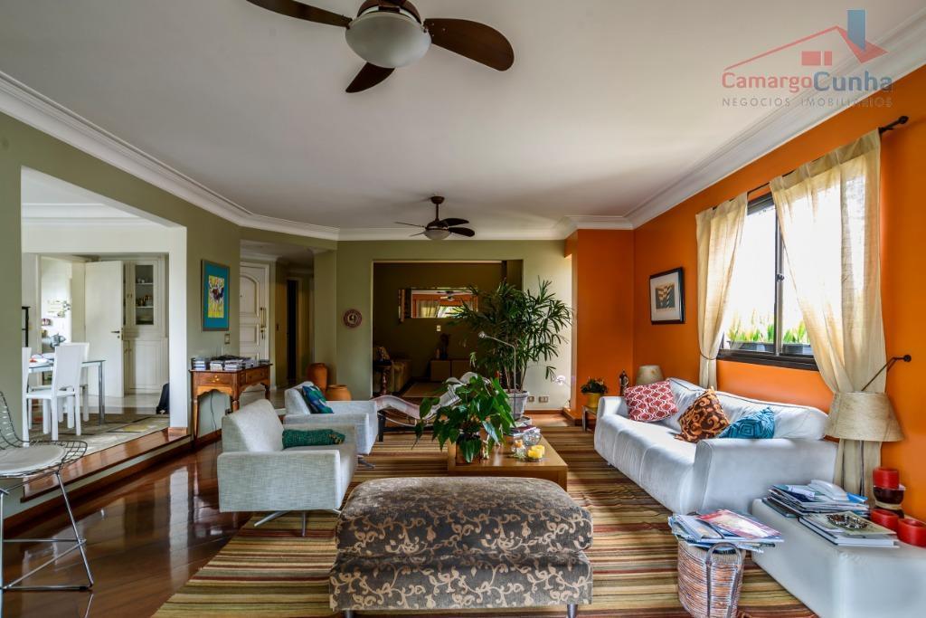 Apartamento bem localizado com 200 metros, 3 suítes e 3 vagas