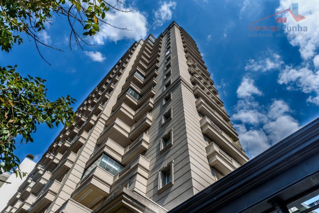 Apartamento alto padrão com 811 metros, 05 suítes e 11 vagas.