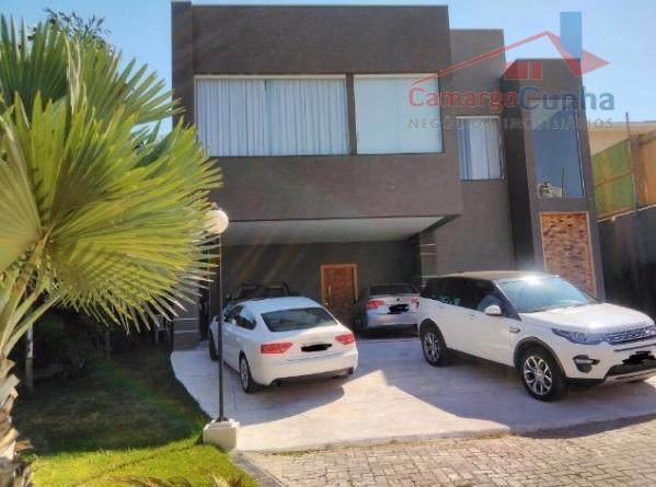 Aceita Permuta!!! Belíssima casa com 550 metros, possui 5 suítes e quatro vagas.
