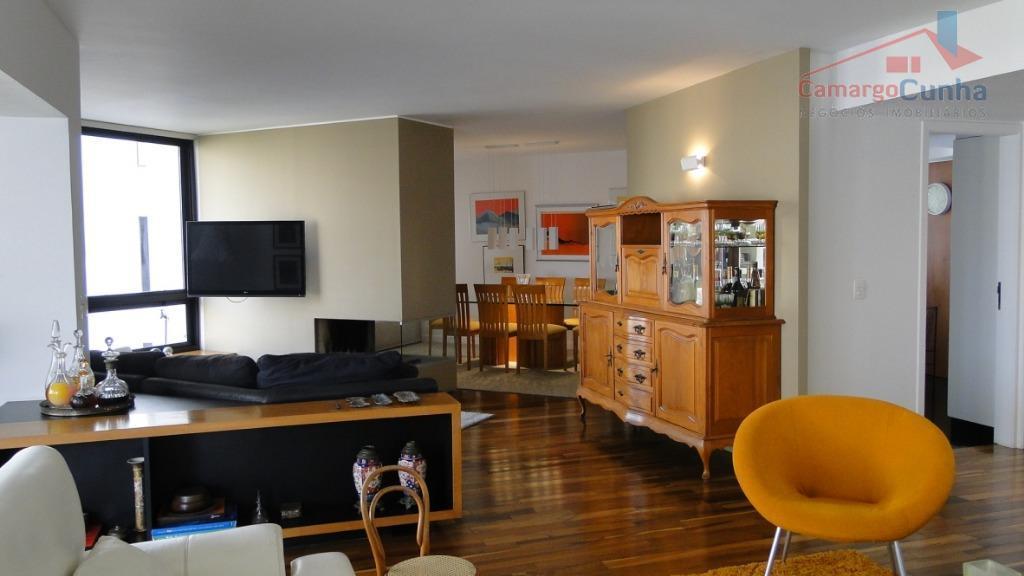 Excelente Apartamento com 264 metros, 4 dormitórios sendo duas suítes e 5 vagas