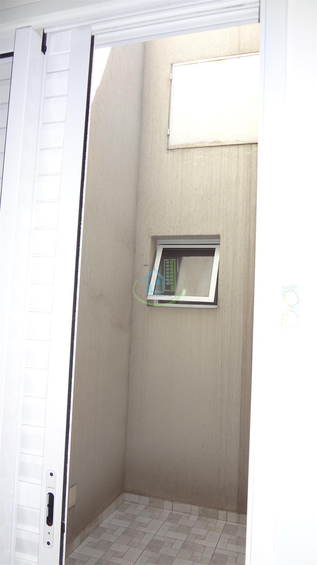 sobrado semi novo,com acabamento de primeira qualidade,box nos banheiros ,2 vagas de garagem sendo uma coberta...