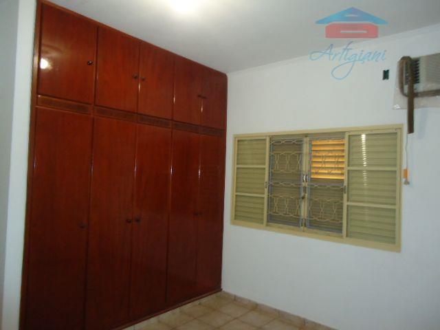casa com 03 dormitórios sendo uma suíte e dois deles com armário embutido, sala, copa, cozinha,...