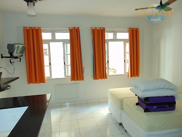 Pitangueiras - Uma quadra da praia, totalmente reformado, piso claro, condomínio baixo !!