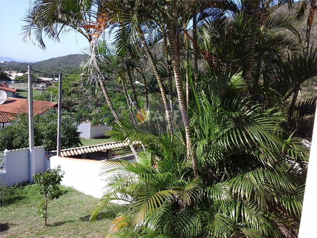residência independente em condomínio com área verde preservada. são três espaços diferenciados e separados por níveis,...