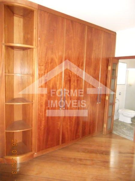 casa em condomínio com ampla sala com dois ambientes, parte em madeira ypê, teto com sanca...