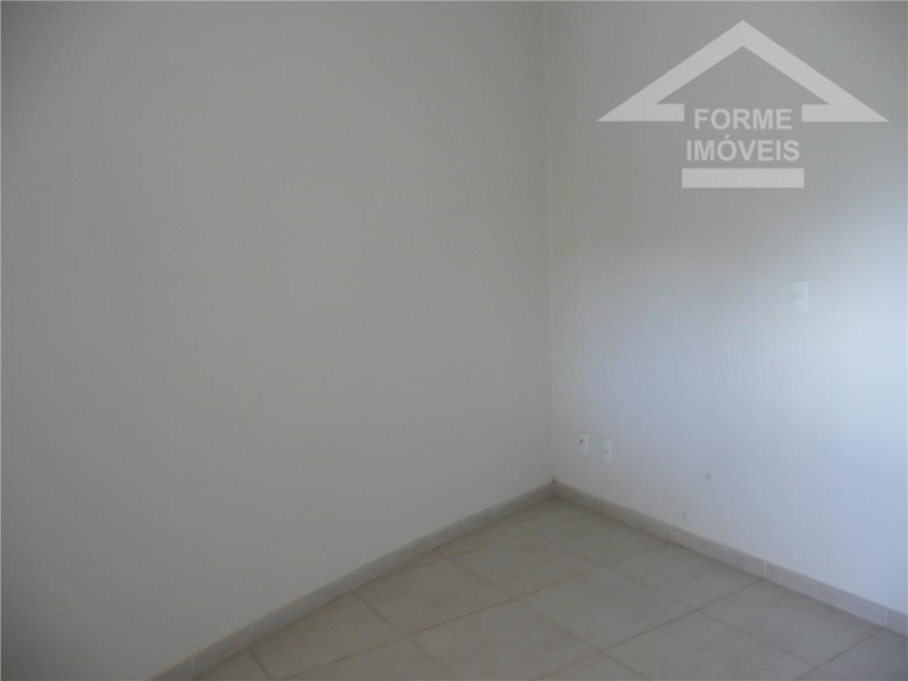 ótima casa com 1 sala, dormitório e banheiro, toda em piso frio.
