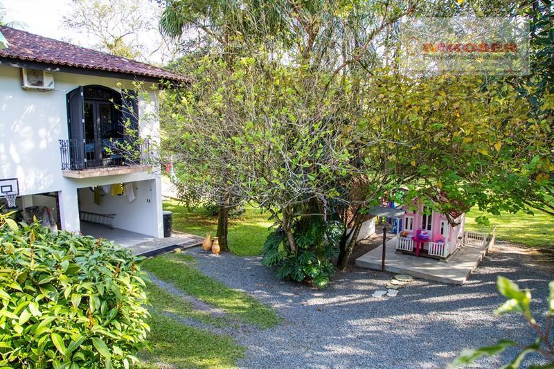 excelente casa de alto padrão localizada no centro de pomerode, em rua sem saída, local de...