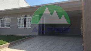 Casa com amplo quintal no Xaxim. Aceita permuta.